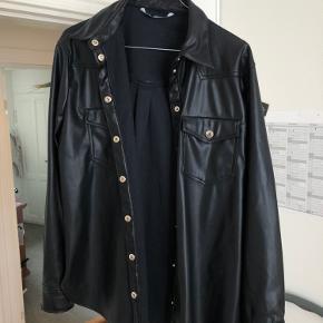 Mega fed læderskjorte fra ZARA, som både kan bruges som skjorte eller som en jakke!