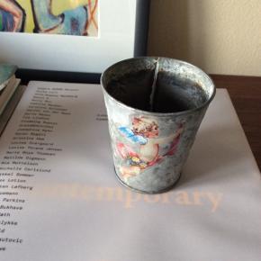 Lille zink potte med engel motiv.  Ca. 8x7 cm.   Fast pris.   Mødes og handle på Nørrebro, ved Runddelen.  - Ellers plus porto.  Bytter ikke.