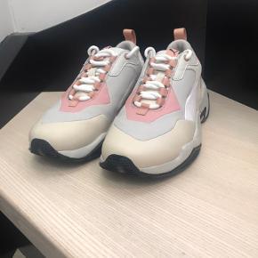 Puma Thunder Rive Gauche i beige/grå/lyserød/hvid. En super lækker sko, som jeg kun har haft på én gang. Skoen er meget normal i størrelsen.  Nypris: 1.019 kr