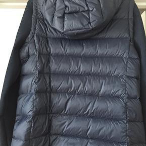 Flot jakke i perfekt stand - den er aldrig brugt. Jakken er en lille Xl og derfor nærmere end L. BYD!