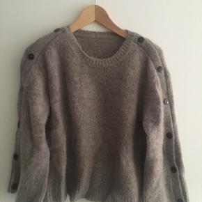 Flot sweater fra heartmade. Label er faldet af - men er sikker på det er en small. Men den er selvfølgelig ikke stram. Meget blød og med fine ærmeknapper