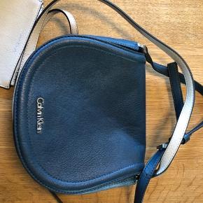 """Super lækker og rummelig taske. Brugt den én gang og er som ny. Bemærk gode indvendige rum Og den lille ekstra """"pung"""" der kan sættes fast i tasken."""
