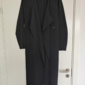 Rigtig fin sommer frakke, tynd i stoffet. Er med bindebånd og en knap foran. Bag på i midten er der et slids. Fejler ikke noget