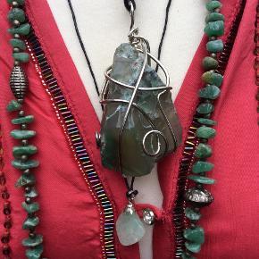Blandet ægte krystaller/sten. Smukkeste ægte krystaller/sten, vedhæng, halskæde. Kan være blanding grøn aventurin/jade/agat mm. er ikke sikker, men smukke er de. Krystaller/sten er alle meget smukke, unikke, og har mange gode healende og gavnlige egenskaber.  Alle 3 dele. 300 kr. Se mine andre annoncer, og husk smilet og den gode tone :-)