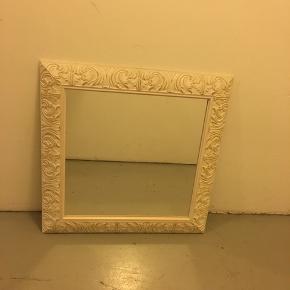 Super smukt spejl med fine udskårede detaljer i træværket. Spørg hvis spørgsmål :-) kan afhentes i København ø. God dag :-)