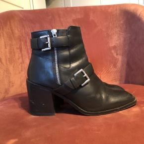 bf975655d61 Støvler med hæl fra ASOS shoes i ægte læder. Er ikke blevet imprægneret.  Mærkerne