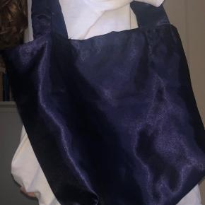 Navyblå taske / net som opfanger lyset rigtig pænt Aldrig brugt  Byd
