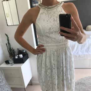 Super fin, hvid kjole fra en lille butik i USA. Brugt én gang for et tre år siden så standen er stadig rigtig god. Egner sig perfekt som konfirmationskjole 💛