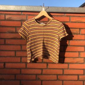 Sød strik t-shirt fra zara  Går til lidt over buksekanten  God til sommer