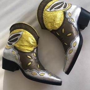 Sælger mine helt ubrugte støvler fra Ganni! Super smukke og super unikke Kun prøvet på, sælges da jeg desværre ikke får dem brugt