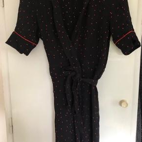 Meget fin populær kjole. Ikke brugt særligt meget, dog er der et lille hul der er repareret, som næsten ikke ses. Prisen er derefter