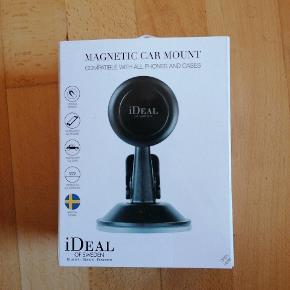 Mobiltelefon holder til bilen fra ideal og sweden. Den har været taget ud af kassen men jeg har aldrig brugt den. Se linket til produktet nedenfor https://idealofsweden.dk/p/ideal-car-mount-w
