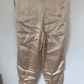 Kan ikke finde mærke - svarer til xs-s livvidde 38x2 Ret sikker på at det er tyk silke  Tager ikke foto med tøj på
