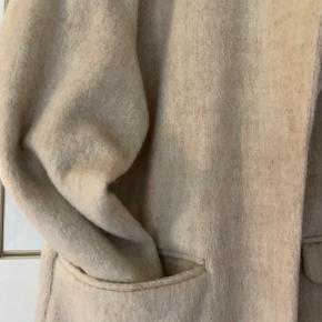 Super lækker frakke uden foer som kan bruges forår/efterår. Aldrig brugt. Ingen fejl/huller eller slitage