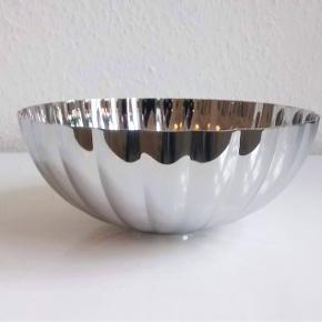 Smuk Georg Jensen Bernadotte skål i rustfrit stål. 17,5cm i diameter og 7,5cm høj. Den er ny i æske. Sender gerne eller den kan hentes i København. Fast pris.