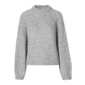 Hej!  Jeg sælger min helt nye sweater fra Envii da jeg simpelthen ikke får den brugt.  Sweateren er som sagt helt ny og har aldrig været brugt.  På det sidste billedet ser den lidt mørkere ud, beklager, men jeg har elendigt lys her i min lejlighed, så hvis du vil se flere billeder, så skriv endelig, så får jeg lige taget nogle i dagslys!:))  Jeg sælger den til 250,- eller kom med et bud:))