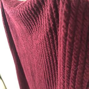 En super fin sommer/festkjole fra motelrocks med slids og blødt ribbed materiale, er ikke gennemsigtig. Aldrig brugt da den dsv er for kort til mig (175), så anbefaler helt klart denne kjole til piger under 170:)