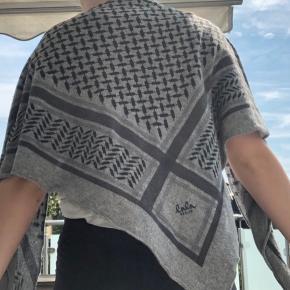 """Sælger mit Lala Berlin tørklæde som er købt i butikken """"Strøm"""" tilbage i 2016. Det er brugt, men der er ingen tegn på skader eller mærker. Der er ingen fast pris, så kom med et bud, og skriv en privat besked for flere billeder og information :)"""