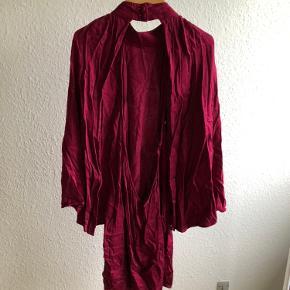 Pink / magenta kjole med kappeærmer 😎