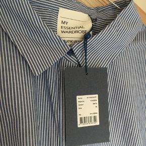 """Modellen hedder """"the shirt striped medium blue"""", let oversize."""