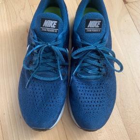 Næsten nye Nike zoom pegasus 35 løbesko. De er brugt enkelte gange, men har ingen tydelige tegn på slid ☺️