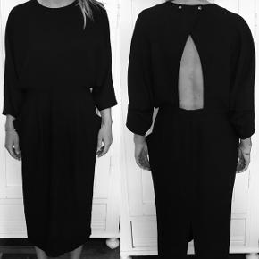 Super flot sort kjole fra & other stories. Passer godt til galla eller anden festlig lejlighed.  Sælges fordi den er lidt for lille.  Kjolen er kun brugt et par gange, så stoffet er pænt. Bagpå i slidsen, er den gået lidt op, men burde godt kunne fikses, da det ikke er gået udover stoffet. Se billedet.