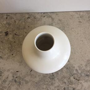 Bolia vase.  Den måler 5 cm i diameter i åbningen .  Den er 17,5 cm høj.  Og det bredeste sted er den 20 cm i diameter
