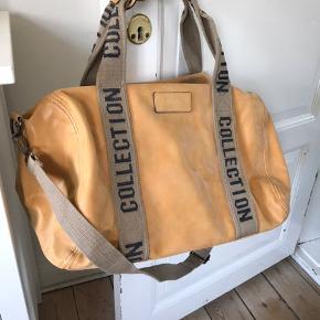 Ny taske med skulderrem fra Italien. Imiteret skind