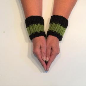 Håndledsvarmere fra Walina, str. onesize  Varmere til håndled strikket i grøn og blå uld og akryl.  Jeg kan handle med mobilpay: Jeg sender gerne med post nord til din postkasse (+20 kr 5 dages leveringstid eller 29 kr 1 dags leveringstid), hvis du ikke kigger forbi og henter dem. Jeg kan handle via Trendsales med DAO pakkepost (+32 kr), hvor du afhenter pakken ved ønsket DAO udleveringssted.  mvh Lise