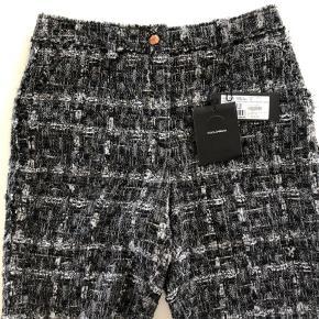 Super flotte middellange shorts i boucle - fra Dolce & Gabbanna (ital str 44 men er små og vurderer at de svarer til dk str 38). Købt i Kbh hos Holly Golightly i Kbh for DKK 3450 (det er fra deres main line og ikke den billigere D&G linje). Aldrig brugt
