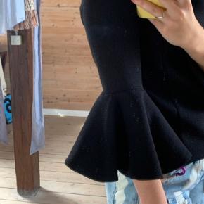 Fineste sorte bluse/trøje med vide ærmer og høj hals, lynes oppe ved nakken. Passes af en xs-m💛 Kan sendes eller afhentes på Nørrebro🌸