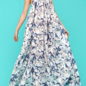 Varetype: Maxikjole Farve: Beige Oprindelig købspris: 700 kr.  Super smuk kjole som kun er brugt én gang til bryllup.        Model Derry.