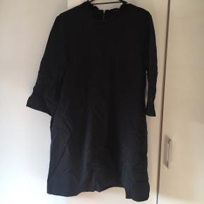 Sælger denne fine Cos kjole med super fin hals og lynlås hele vejen ned bag på. Det er en str 44.