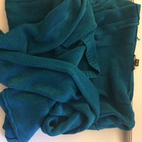 Lang ærmet bluse i strik  Str 40-42 Sælges grundet den ikke bliver brugt