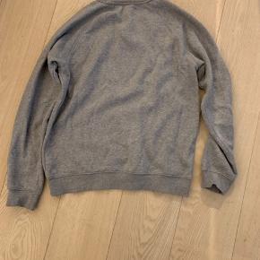 Adidas trøje med logo på maven i medium. Den er brugt.