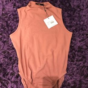 Helt ny stilet Body top fra Missguided.  Str 12 men lille i str. Passes af en xs/small