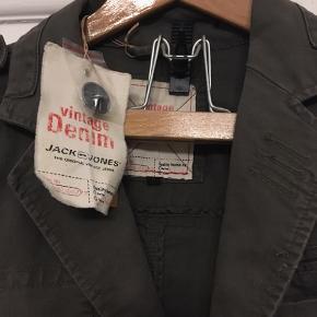 armygrøn jakke, lærredsjakke fra Jack & Jones, vintage denim str. small. Ubrugt  stadig med mærke. Nypris 299,95. Sælges for 100kr Kan hentes Kbh V eller sendes for 38kr DAO