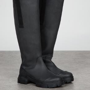 De populære Recycled Rubber Country Boots fra Ganni.   Brugt én gang. Sælger da de er lidt for små