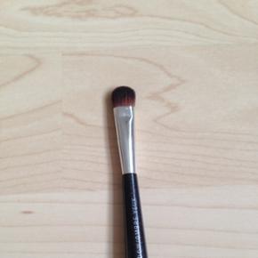 Makeup pensel fra The Body Shop.   Brugt få gange, men er blevet renset & der følger et etui med.