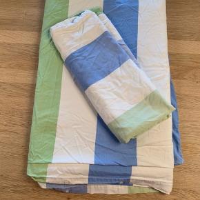 Sengetøj til 1 stk dyne i alm str og til 1 pude  Farve: Hvid / Blå / Grøn  Lukning: Knapper Materiale: Bomuld   Sælges for kr 100,00 incl forsendelse med DAO  Betaling: Mobilepay eller TS