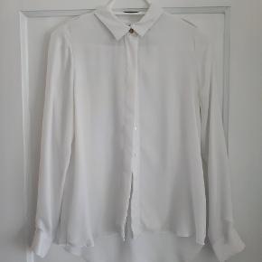 Skjorten er kun et par gange. 100% polyester