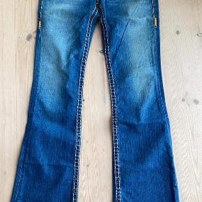 Lækreste luksus jeans fra highend Branded True Religion.  Brugt et par gange og skånevasket, fremstår derfor i særdeles flot stand. Der er sat en slå til pris men man er også velkommen med et bud så længe det ikke er skambud! 😉