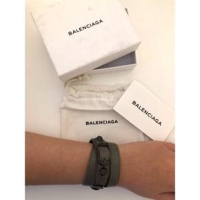 Gråt Balenciaga armbånd i str M. Aldrig brugt, dog er æsken en smule beskidt. Dustbag, æske og verificering medfølger. Nypris 1250 kr.