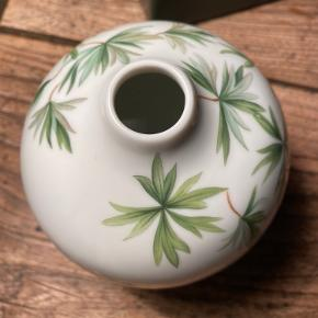 """Sælger denne fine """"storkenæb""""-vase fra Royal Copenhagen 🌿🌿  Fuldkommen ubrugt og stadig i original indpakning.   Afhentes på Nørrebro eller sendes via TS på købers regning. Bytter ikke."""