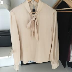 Fin og blød skjorte 🦋 Fremstår som ny. Mærket: SheIn. 100% polyester. Kom med et bud!