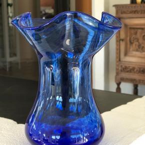Fantastisk flot blå vase med swirl i glasset. Mundblæst og klippet i bunden. Er i topstand og uden skader og skår. Højde 17cm Åbning 14,5cm