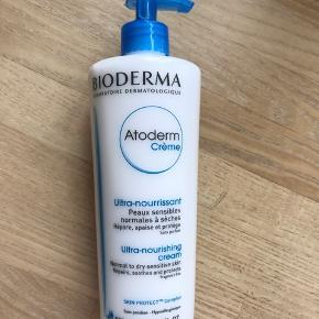 Kan pt afhentes i Vestjylland.   Helt ny og uåbnet Bioderma Atorderm Creme. Nærende bodylotion til 'normal til tør hud'. 500 ml Holdbarhed til juni  2022. Se evt mine andre annoncer med Bioderma produkter.  Prisen er fast.
