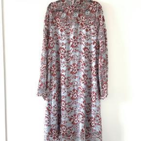 Smuk kjole fra Ganni. Modellen hedder 'Flynn Lace'.  Kan sendes med DAO eller afhentes på Nørrebro.