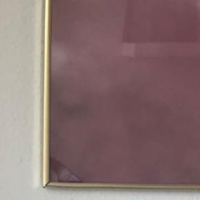 Der er en lille flænge i glasset som man også kan se på billede nr 2. Ramme medfølger:)