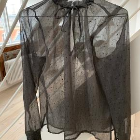 """Fin """" see through"""" skjorte. Model: jenna dots blouse - byd"""
